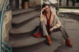 Sneakersy, kozaki i botki na koturnie – jesienne must have