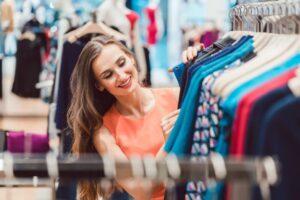 Jakie ubrania warto mieć w asortymencie sklepu odzieżowego?