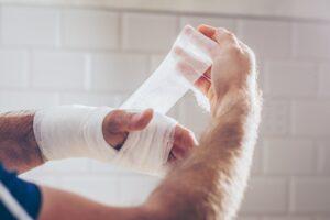 Jak postępować przy złamaniach i skręceniach?
