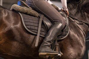 Buty do jazdy konnej na sezon jesienno-zimowy – na co zwrócić uwagę?