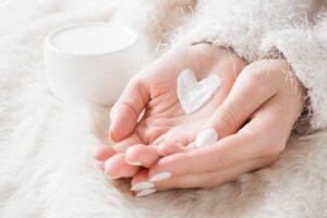 Jak zadbać o dłonie i paznokcie zimą?