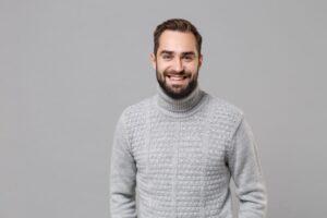 Jaka koszula do szarego swetra?
