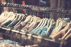 Bluzy damskie – nie tylko na sportowo. Przegląd najciekawszych stylizacji