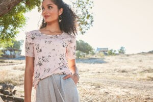 Bluzki damskie na lato – zobacz, jakie modele są teraz na topie