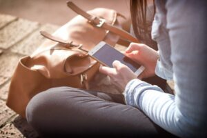 Hit! Nowoczesne i praktyczne etui na telefon ze sznurkiem