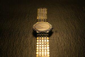 Złote zegarki możesz nosić na co dzień! Podpowiadamy jak dobrać je do stylizacji!
