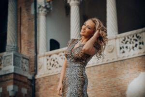 Sukienki w panterkę – jak je stylizować z klasą i pomysłem?