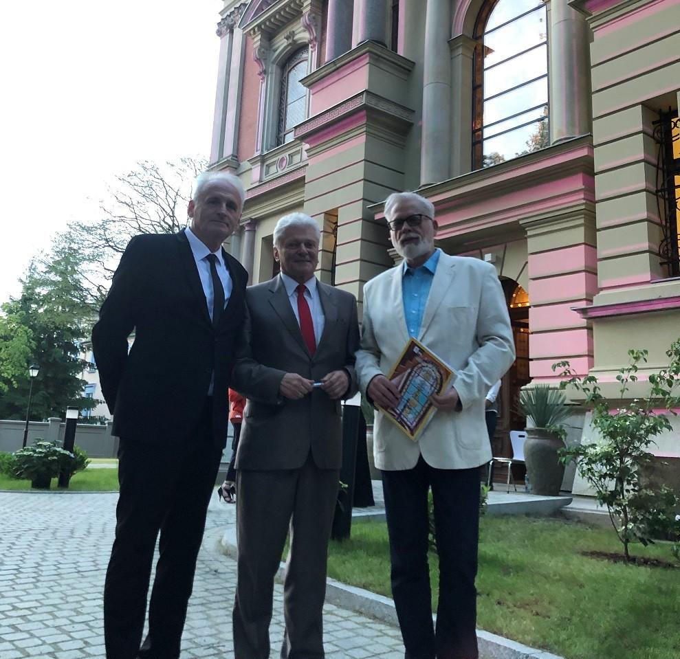 Przed Willą Lentza od lewej: Krzesimir Dębski, Bohdan Boguszewski, Tomasz Raczek