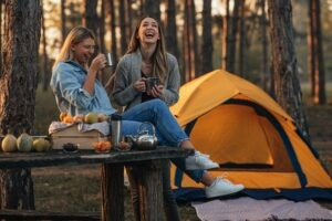 Jedziemy na kemping! 12 rzeczy, które trzeba wziąć pod namiot